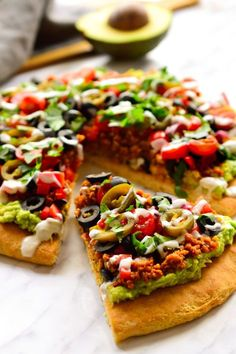 Vegan nacho pizza is a pizza with nacho toppings. Am I blowing your mind right now? A pizza crust slathered with guacamole and topped with vegan taco meat, veggies, jalapeños, cilantro and vegan sour cream. How many days can I live off this? Vegan Pizza Recipe, Healthy Pizza Recipes, Vegan Recipes Videos, Vegan Recipes Easy, Whole Food Recipes, Healthy Snacks, Cooking Recipes, Vegan Flatbread Recipes, Healthy Vegan Meals