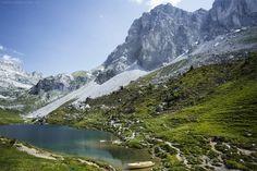 Bergwandern Schweiz - Sonne, Almen, karge Landschaften. Wandern in Graubünden ist vielfältig & im Juni menschenleer, denn die Saison beginnt gerade erst.
