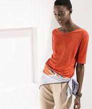 Blusa de linho em malha, possui modelagem básica com detalhe na gola de viés arredondado e mangas com comprimento na altura do cotovelo. Sua modelagem é uma das novidades desta coleção, com caracterís