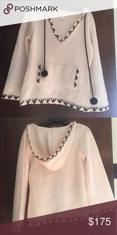 ALICE + OLIVIA SCOOP SWEATER. NEVER BEEN WORN The sweater is 100% wool and it's super cute! I got it as a gift and I haven't worn it so I decided to sell it instead. Amazing quality! Alice + Olivia Sweaters Crew & Scoop Necks
