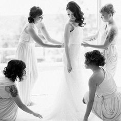 O dia do casamento é inesquecível e merece ser vivido com pessoas que sejam importantes e queridas por você.  Escolha como suas madrinhas mulheres queridas amigas e que você queira sempre por perto.  Imagem linda que vi no @noivaansiosa o insta lindo e cheio de amor da Fla Queiroz. --------------------------------------------- Belle  Dave #bride #bridetobe #bridetobride #noiva #novia #madrinhas #bridesmaid #maisofhonour #friends #amigas #irmã #sister #motherofthebride #mãedanoiva #amor…