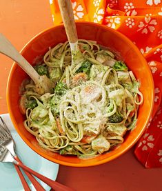 Shortcut Chicken Linguine with Pesto Sauce Combining pesto with Alfredo sauce makes a simple creamy sauce for pasta. Easy Pasta Recipes, Chicken Recipes, Dinner Recipes, Cooking Recipes, Yummy Recipes, Catfish Recipes, Seitan Recipes, Chicken Ideas, Quick Recipes