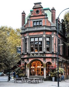 ✨ What is your favourite pub in London? 🇬🇧🍻 This is definitely one of ours! 📸 by Happy Sunday! ✨ What is your favourite pub in London? 🇬🇧🍻 This is definitely one of ours! London Tours, London City, London Travel, London Bridge, British Pub, British Isles, Beautiful Buildings, Beautiful Places, Highgate Cemetery