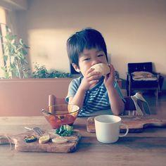 ねむい。が、メロンパンはとてもおいしい。眠くて起きれず、ころがってメソメソ泣いていたが、メロンパンあるよ。の一言でむくりと起きてきた。メロンパンは皮からぐるりとたべることにしているらしいです。 - @yuu1026- #webstagram