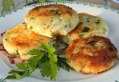Crab cakes - délicieux petits palets croustillants et dorés à base de chair de crabe mélangée à d'autres ingrédients (des crakers, de la mayonnaise, des épices, des oignons, des herbes fraîches...) A servir avec une salade verte.