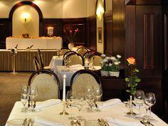 Ob in unserem Restaurant, an der Bar oder im Sommer auch gerne in unseren liebevoll begrünten Innenhof – lassen sie sich auch kulinarisch von uns verwöhnen.    Für Feierlichkeiten aller Art stehen Ihnen unsere Räume selbstverständlich auch zur Verfügung.