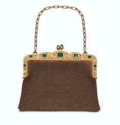 AN ANTIQUE GOLD, EMERALD AND DIAMOND EVENING BAG