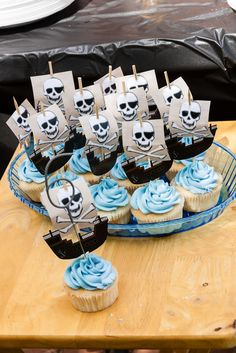Cute cupcakes for a pirate party - cute for a boy with a summer birthday! Cupcakes Bonitos, Pirate Cupcake, Party Mottos, Caribbean Party, Bar A Bonbon, Cute Cupcakes, Party Cupcakes, Sea Cupcakes, Flower Cupcakes