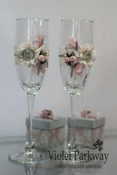 Бокалы Bride And Groom Glasses, Wedding Wine Glasses, Wedding Champagne Flutes, Champagne Glasses, Wedding Crafts, Diy Wedding, Wedding Decorations, Decorated Wine Glasses, Painted Wine Glasses
