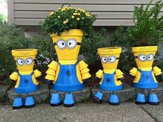 Lots of Minion Terra Cotta Pots ideas and pictures below. Learn how to paint terra cotta clay flower pots to look like Minions (from the movie Despicable Me). Fun and easy DIY garden crafts idea for terracotta pots - really easy and fun crafts. Clay Pot Projects, Clay Pot Crafts, Diy Clay, Diy Crafts, Shell Crafts, Flower Pot People, Clay Pot People, Flower Pot Crafts, Flower Pots
