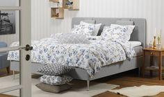 Blå blommigt snyggt till ljusgrått i sovrummet. Madrass Orion. Mönstrade kuddar från Moltex.