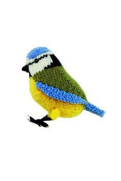 En liten stickad fågel. Ska små barn leka med den byts pärlögonen mot franska knutar.
