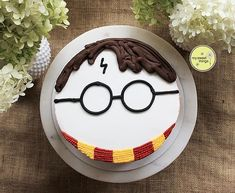 Discover recipes, home ideas, style inspiration and other ideas to try. Harry Potter Theme Cake, Gateau Harry Potter, Harry Potter Birthday Cake, Harry Potter Cakes, Harry Potter Cake Decorations, Blaise Harry Potter, Cumpleaños Harry Potter, Card Birthday, Birthday Greetings