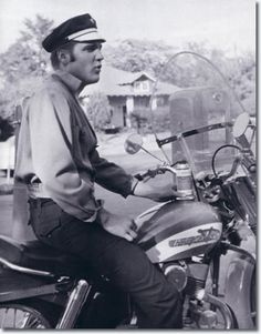 Elvis Presley was also a motorcycle addict. 24 amazing vintage photos below will show this. Elvis Presley on Harley Davidson motorcycle. Harley Davidson, Rare Photos, Vintage Photos, Rock And Roll, Young Elvis, Elvis Presley Photos, Star Wars, Top Celebrities, Celebs