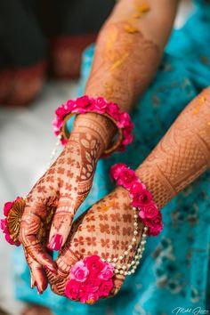 15 Ideas for art deco wedding inspiration bridal style Bridal Mehndi Designs, Henna Designs, Flower Jewellery For Mehndi, Flower Jewelry, Lehenga Jewellery, Fancy Jewellery, Art Deco Wedding Inspiration, Thread Bangles, Henna Patterns