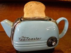A Kettle Tea Toaster Thingy: damn, I keep thinking this is a toaster, but actually its a teapot. If this was a toaster I'd be buying that thing! Kitsch, Vintage Tee, Vibeke Design, Teapots And Cups, Chocolate Pots, High Tea, Vintage Kitchen, Afternoon Tea, Cup And Saucer