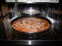 Pizza con il piatto crisp del Forno Microonde
