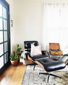 Small space living has always been fascinating to me especially now that I own #mytinybungalow with only 640 sqft! I've had to get creative with my storage solutions while also prioritizing pieces that make me the happiest (like my favorite lounge chair). PS - @ericareitman and I have teamed up to create #smallspacesquad as a forum to share awesome tiny home inspiration. Be sure to tag your photos to have your small space featured. We'll also be doing different themes each month so keep…