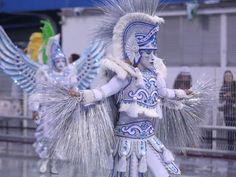 Destaque da Águia de Ouro canta samba-enredo da escola (Foto: Raul Zito/G1) 2013