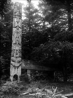 This frontal pole in a very archaic style was created before 1840 by Sqiltcange. It stood before House for a Large Crowd of People, which belonged to the town chief. Albert Edward Edenshaw lived there when he was young and inherited it later. Native Art, Native American Art, American History, British North America, British Columbia, Art Haïda, Totems, Haida Gwaii, Cherokee