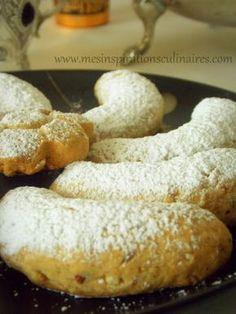 Kourabiethes, ou Kourabiedes ce sont des petits fours ou gâteaux secs riches en beurre. Au bon goût d'amandes, légers et fondants en bouche qui nous viennent de la Grèce.  Parfumés à la cannelle et zeste d'orange. Si comme moi vous aimez les gâteaux secs parfumés et fondants, alors ces petits fours sont pour vous.