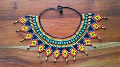 collar de piedras chaquiras realizado por la tribu Embera de Colombia... Beaded Jewelry Patterns, Beading Patterns, Handmade Necklaces, Handmade Jewelry, Friendship Necklaces, Mexican Jewelry, Beaded Collar, African Beads, Bead Crochet
