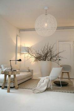appartement minimaliste, plafonnier boule blanc, petite table en bois, sofa bas