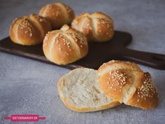 Kaiserky – domáce žemle Pretzel Bites, Hamburger, Bakery, Slipper Boots, Bread, Sisters, Food, Basket, Brot