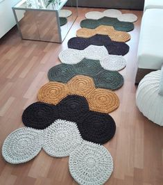 Crochet carpet: 74 models and tips to make yours (VIDEOS) Crochet Mat, Crochet Carpet, Crochet Motifs, Crochet Home, Crochet Crafts, Crochet Doilies, Crochet Projects, Crochet Patterns, Diy Crafts