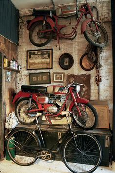 Shared by Cris Figueiredo. Find images and videos about vintage, bike and motorcycle on We Heart It - the app to get lost in what you love. Vintage Motorcycles, Cars And Motorcycles, Motos Retro, Digby And Iona, Motorcycle Garage, Chopper Motorcycle, Bobber Chopper, Old Bikes, Vintage Bicycles
