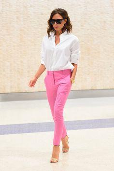 Faça como Victoria Beckham e aposte em uma calça de alfaiataria colorida.