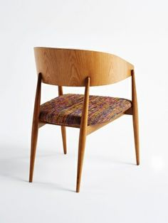 o-lenho-da-seringueira-aceita-varios-acabamentos-inclusive-tingimentos-e-pode-resultar-pecas-solidas-e-lisas-na-foto-cadeira-desenvolvida-pe...