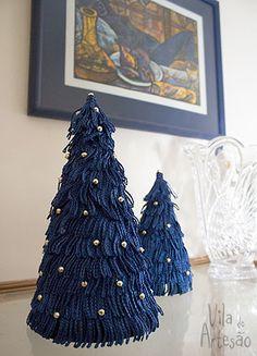 Faça mini árvores de natal usando papel e franjas.  #craft #artesanato #diy #natal #christmas