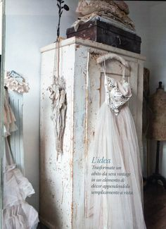 Our home in the Italian magazine Casa Chic, 25 pages! When you want to see more, buy our book that will be available around 23 february on . Shabby Chic Mode, Shabby Chic Style, Rustic Chic, Shabby Cottage, Cottage Style, White Cottage, French Cottage, Cottage Farmhouse, Farmhouse Style