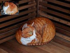 Il est peint sur une pierre de 26 cm son poids ... 10 kg. Un modèle pris dans la galerie d'un de mes contacts www.flickr.com/photos/matsomuffi/ ... je conseille la visite de sa galerie à tous les amoureux des chats :)