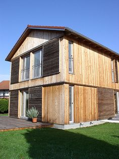 Modern Wooden House, Wood Facade, Building A Shed, House Roof, Prefab Homes, Cabins In The Woods, Home And Family, Cottage, Exterior
