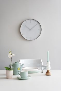 Come and take a look in our home. Pt, kitchen table ware and a Karlsson clock.