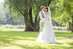 Romantische fotoshoot in Rotterdam Kralingen. Bos, park, zonnig, bomen, groen, kleurrijk, bruidspaar, liefdevol, kus, bruidspaar, bruid en bruidegom