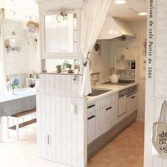 キッチンカウンター上のわずか10センチ程のスペースにラブリコを使用して窓枠付きの仕切りを設置しました。