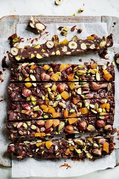 Healthy Tips Healthy Rocky Road Made wtih Pistachios, Hazelnuts, Apricots, and other goodness, Vegan and Gluten-free. It's a superfood dessert! Raw Food Recipes, Sweet Recipes, Cooking Recipes, Healthy Recipes, Cacoa Recipes, Healthy Tips, Healthy Sweets, Healthy Baking, Healthy Snacks
