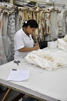 Sala Acabamento na fábrica Casa Mineira, fabricação própria de colchas, cortinas, almofadas personalizadas.