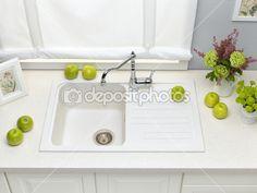 Torneira pia de cozinha granito branco com misturador, flores e verde app — Imagem de Stock #39614127