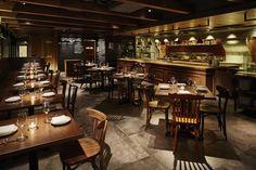 Тёмная деревянная мебель в интерьере ресторана