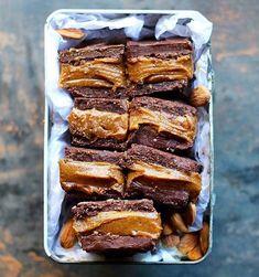 "16.1 tis. To se mi líbí, 217 komentářů – Best Of Vegan (@bestofvegan) na Instagramu: ""Cashew caramel slice by @panaceas_pantry 💕  BASE  3/4 cup pecans 1 1/2 Tbsp coconut flour 1/3 cup…"""