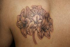 東京・渋谷のタトゥースタジオ   TIFANA TATTOO,TOKYO   百合の花の上で眠る可愛い天使をデザインしたタトゥー作品画像  sleeping angel tattoo by mica,TIFANA TATTOO