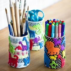 Great craft for kids! Decorate a paper pen holder with paper, washi tape and rubber animals. In English & Swedish.