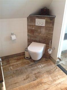 Badkamer met sloophout tegels, strakke toiletpot
