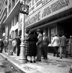 Sempre me impressiona a formalidade com que se vestiam os cariocas dos anos 50.03/06/2014 Publicada por luizd.rio