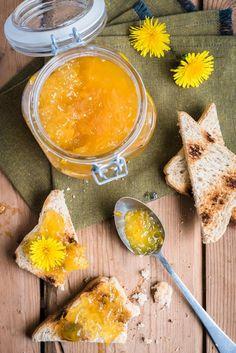 Voikukista valmistettu hillo maistuu hunajaiselta. Appelsiini ja sitruuna antavat hillolle sopivaa kirpeyttä, mikä viimeistelee maun. Voikukkia on taas kaikki nurmikot ja tienvarret keltaisenaan. Se on monien nurmikoiden riesa, josta monet haluavat päästä eroon keinolla millä...