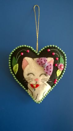 Resultado de imagen para woven felt heart with cat Christmas Ornaments To Make, Felt Ornaments, Christmas Crafts, Christmas Nativity, Christmas Printables, Xmas, Felt Embroidery, Felt Applique, Felted Wool Crafts